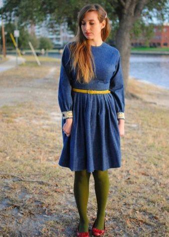 Зеленые колготки к темно-синему платью