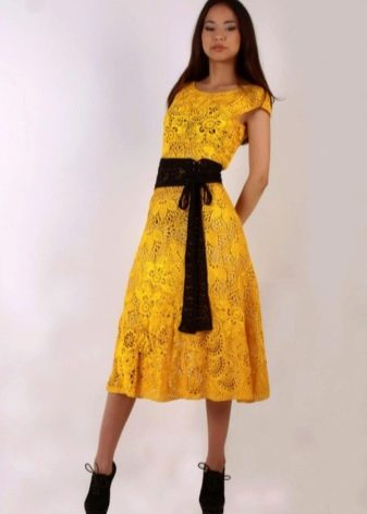 Желтое вязаное платье миди