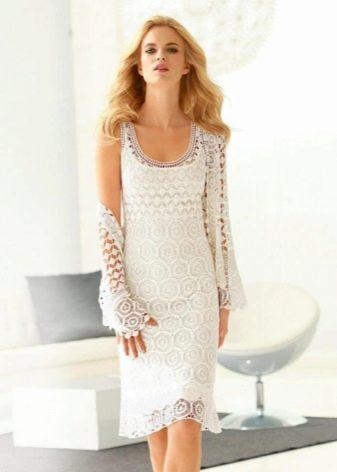 Белое вязаное платье на выпускной