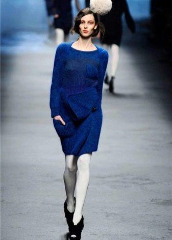 Синее вязаное платье с рукавами