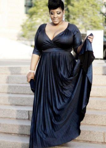 Черное платье в пол для полных с V-образным вырезом