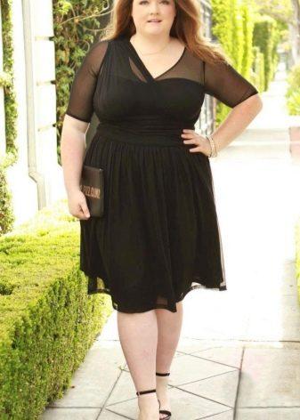 Черное платье для полных комбинированное тканями разной текстуры