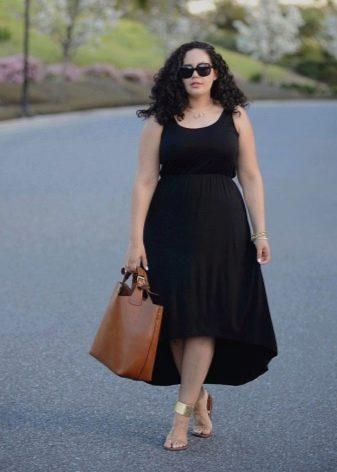 Черное платье с ассиметричной юбкой для полных в сочетание с золотистыми сандалиями и коричневой сумкой