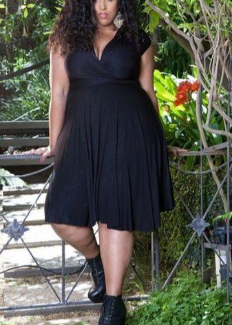Черное платье с V-образным вырезом для полных
