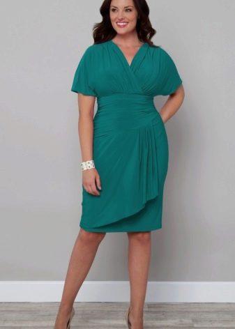 Платье средней длины с драпировкой скрывающей живот