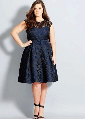 Платье средней длины для полных из плотного материала, скрывающее живот
