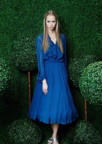 Синее платье для синеглазой блондинки с бледной кожей