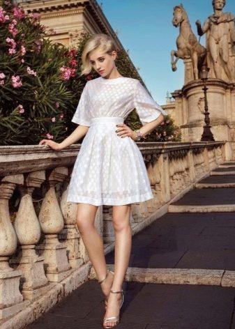 Снежное белое платье для блондинки холодного типа