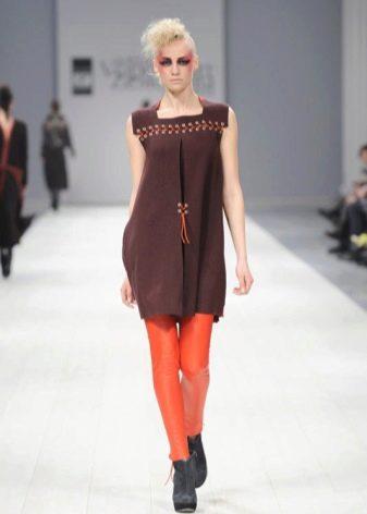 Оранжевые колготки под коричневое платье