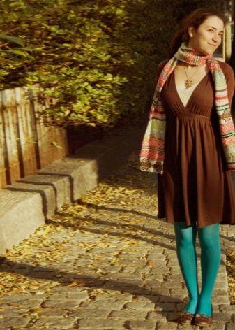 Изумрудные колготки под коричневое платье