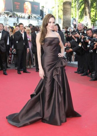 Коричневое платье Анджелины Джоли