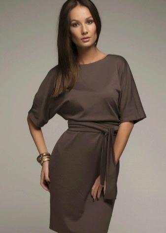 Коричневое короткое деловое платье