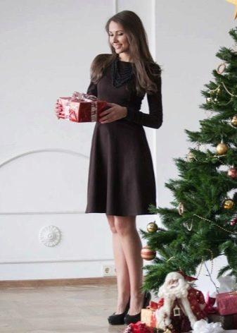Офисное коричневое платье
