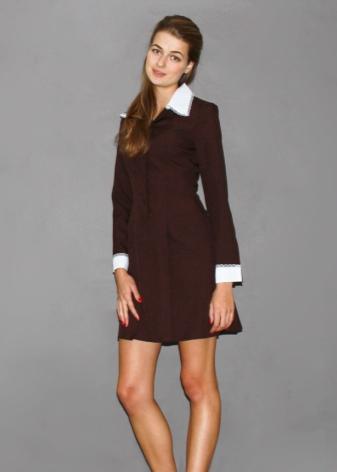 Темно-коричневое платье с белым воротничком