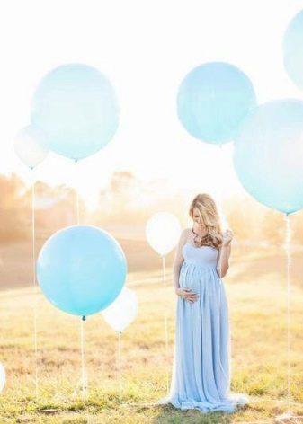 Беременная в платье с шариками