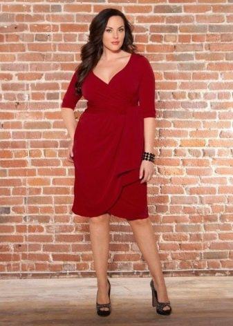 Красное платье с драпировкой для полных женщин