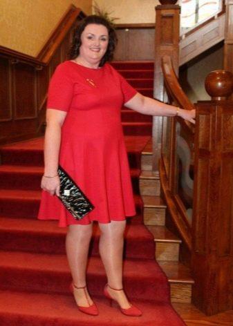 Красное платье для полных женщин с карасными туфлями и черным клатчем