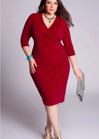 Полная женщина в красном платье с серым клатчем и золотыми босоножками
