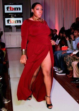 Длинное красное платье с большим разрезом спереди для полных женщин