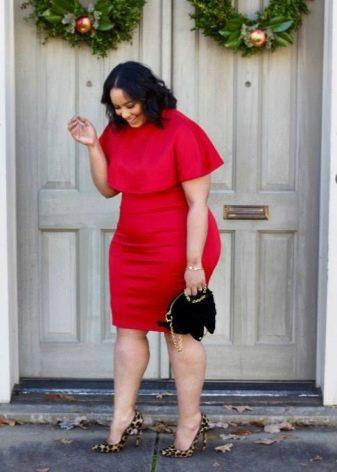Красное платье для полных женщин в сочетание с черной сумочкой и леопардовыми туфлями на высоком каблуке