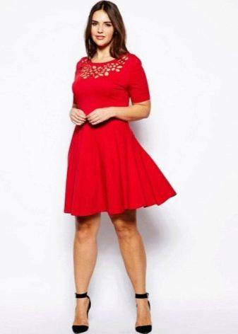 Красное короткое платье с гипюром на груди для полных женщин