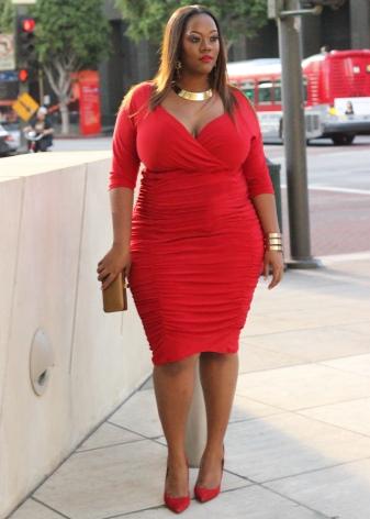 Красное платье для полных женщин с красными туфлями и золотыми аксессуарами