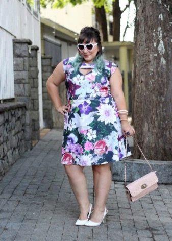 Платье простого кроя для полных женщин невысокого роста