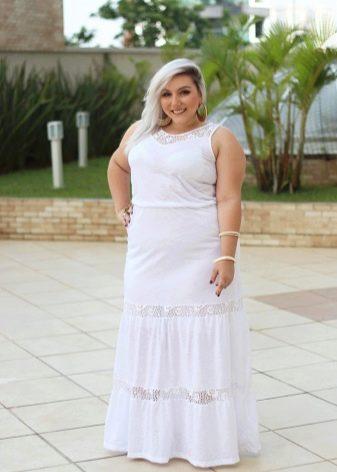 Длинное платье белого цвета для полных женщин невысокого роста