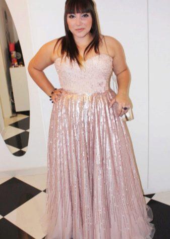 Платье из блестящей ткани для полных женщин невысокого роста