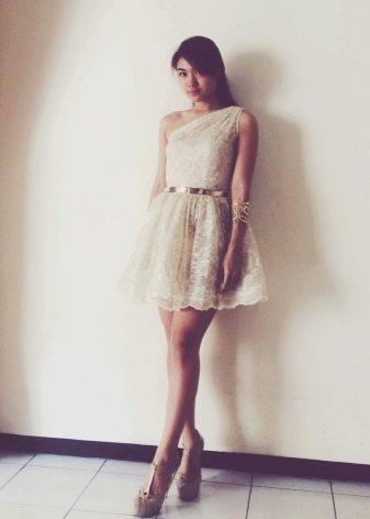 Кружевное короткое платье молочного цвета