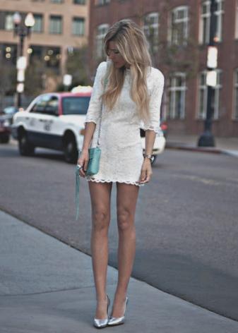 Молочное платье в сочетание с бирюзовым