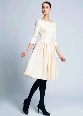 Молочное платье средней длины