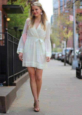 Короткое молочное платье в сочетание с розовой сумкой и серьгами