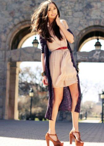 Молочное платье с длинным кардиганом серого цвета