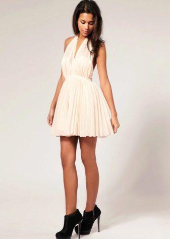 Длинное платье молочного цвета с розовым оттенком