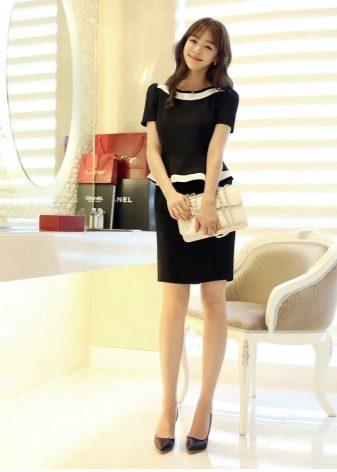 Черное офисное платье с белой окантовкой