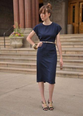 Легкое  офисное платье синего цвета