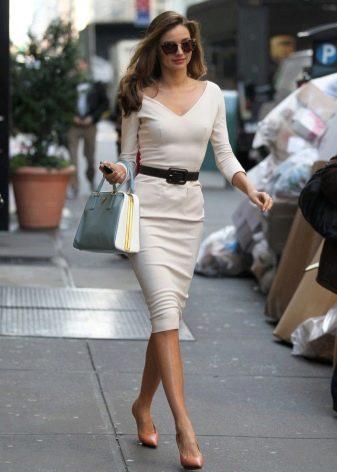 Офисное белое платье для корпоратива