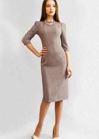 Бежевое офисное платье