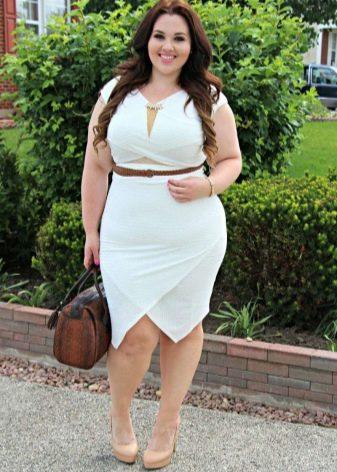 Белое платье-футляр с ассиметричной юбкой для полных