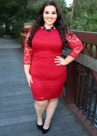 Кружевное красное платье-футляр для полных женщин