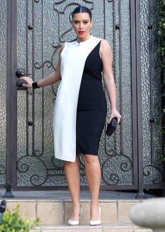 Комбинированное черно-белое платье-футляр для полных