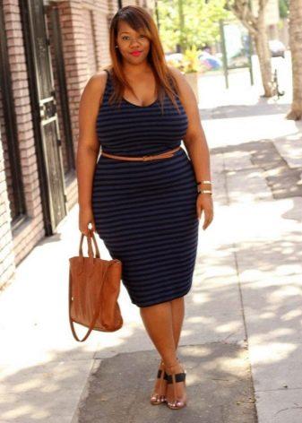 Светло коричневые босоножки и сумка к летнему платью-футляр синего цвета для полных девушек