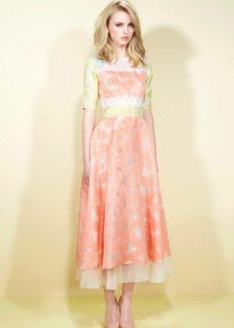 Персиковое платье с салатнивыми вставками