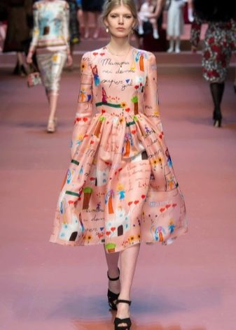 Персиковое платье с принтом