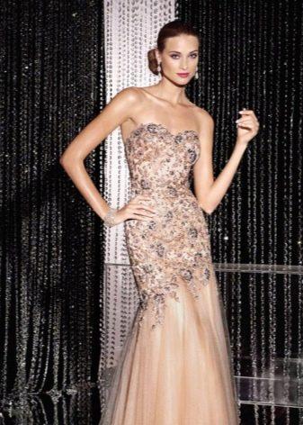 Персиковое платье с серым декором