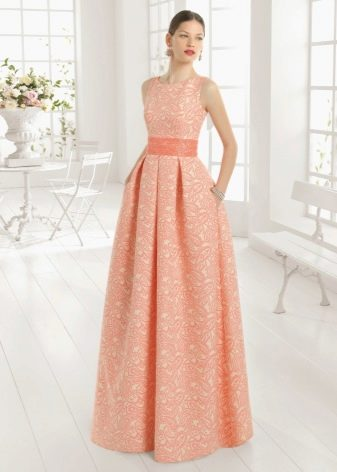 Персиковое платье из плотной ткани