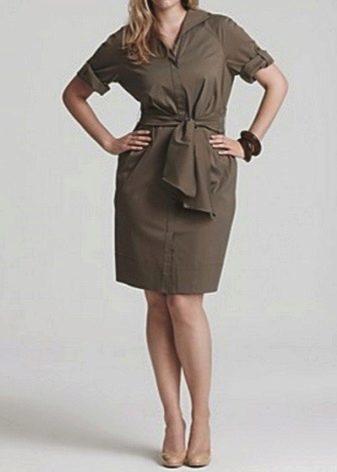 Платье сафари с тканевым поясом для полных женщин