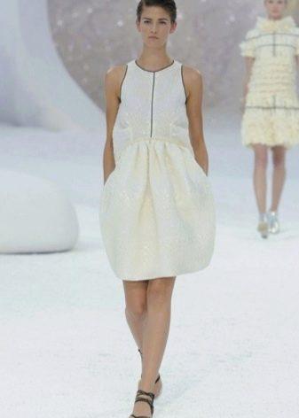 Белое платье от Шанель с американской проймой