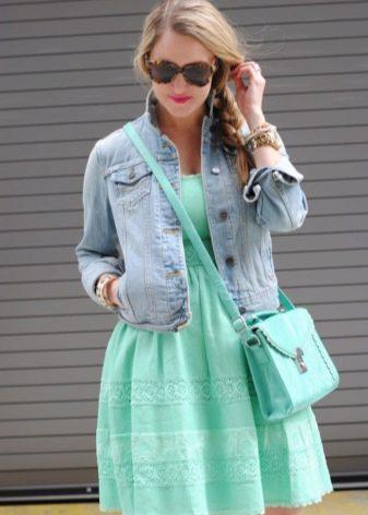 Джинсовая куртка под мятное платье
